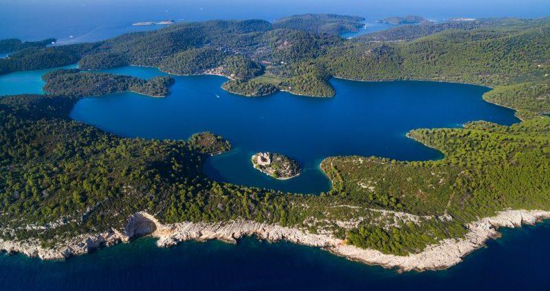 Il Grande Lago dell'isola di Mljet con il monastero benedettino