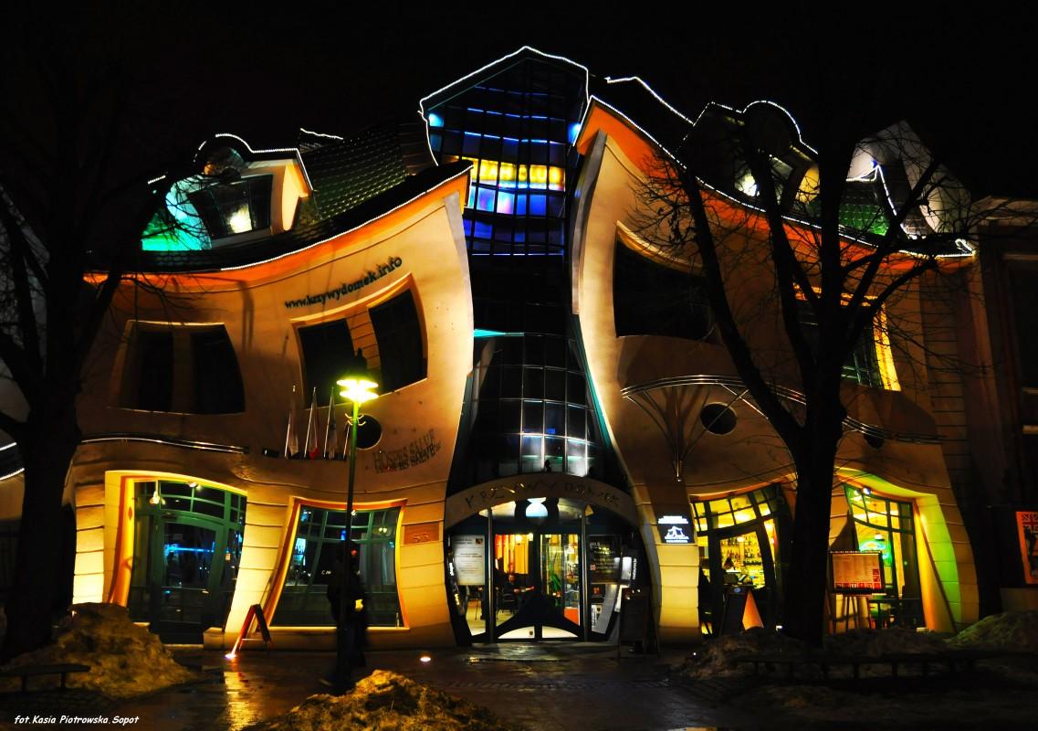 LaKrzywy Domek vista di notte