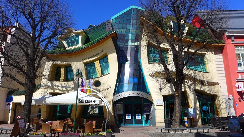 """La """"Casa Ubriaca"""" di Sopot, in Polonia"""