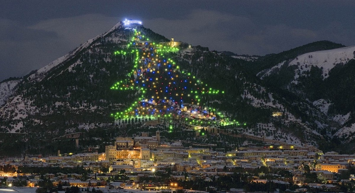 Gubbio: l'albero di Natale più grande del mondo